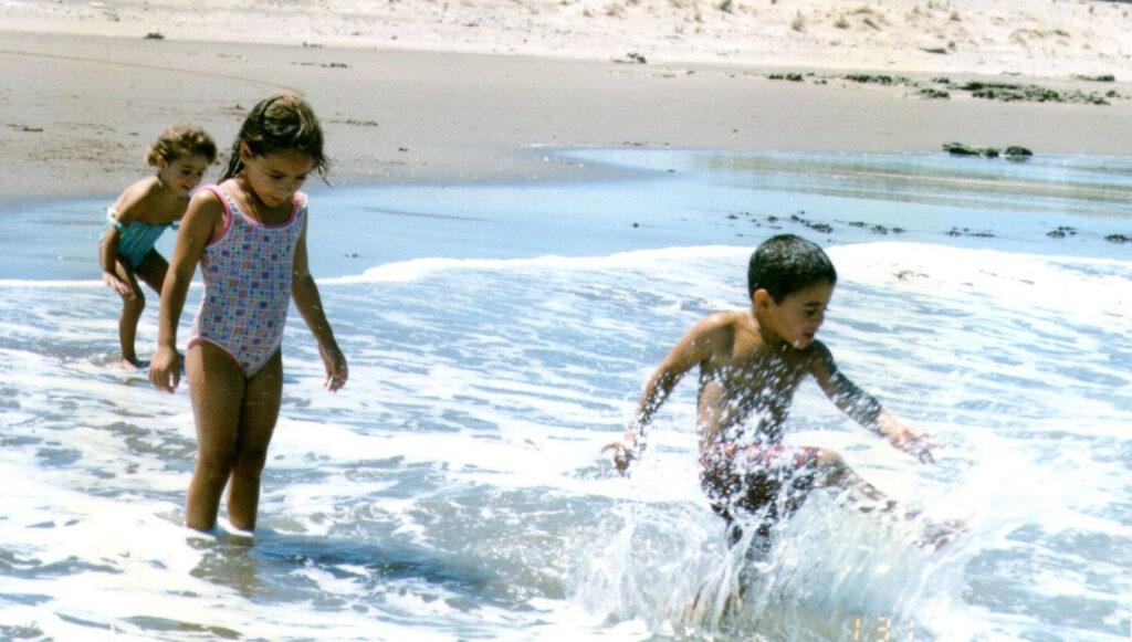 En la playa con mis hermanos