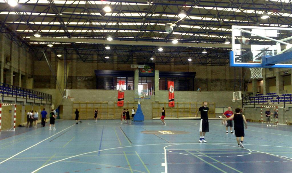 Condonar las deudas de los servicios de luz y gas, de las instalaciones deportivas privadas